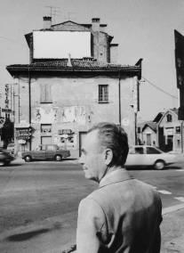 Biasion davanti ad una delle sue note 'case rosse' a Bologna